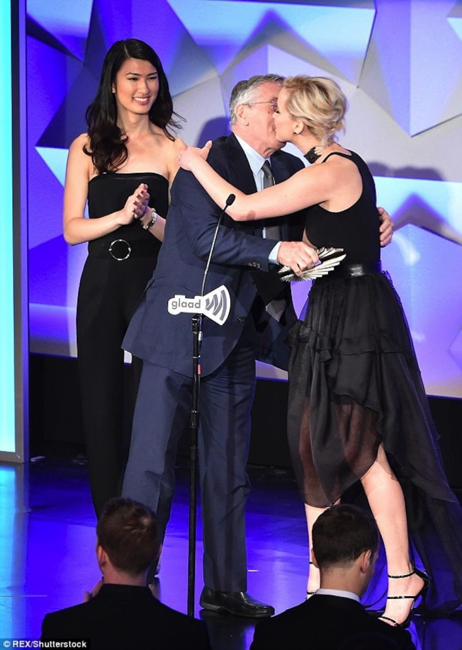 Lawrence dio la bienvenida al actor  con un abrazo. (Foto: Mail Online)