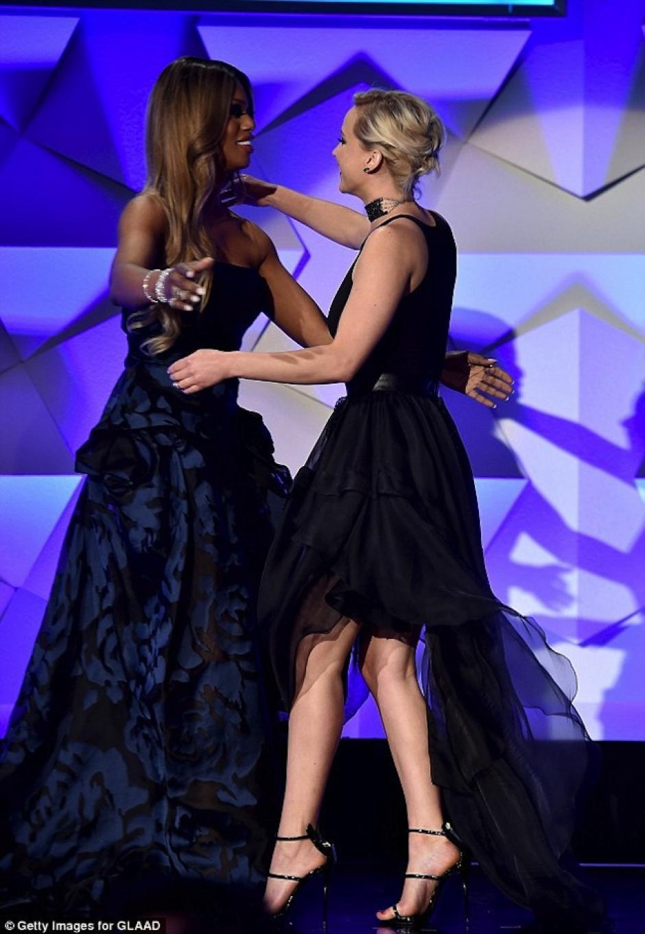 La actriz también abrazó a la actriz Laverne Cox. (Foto: Mail Online)