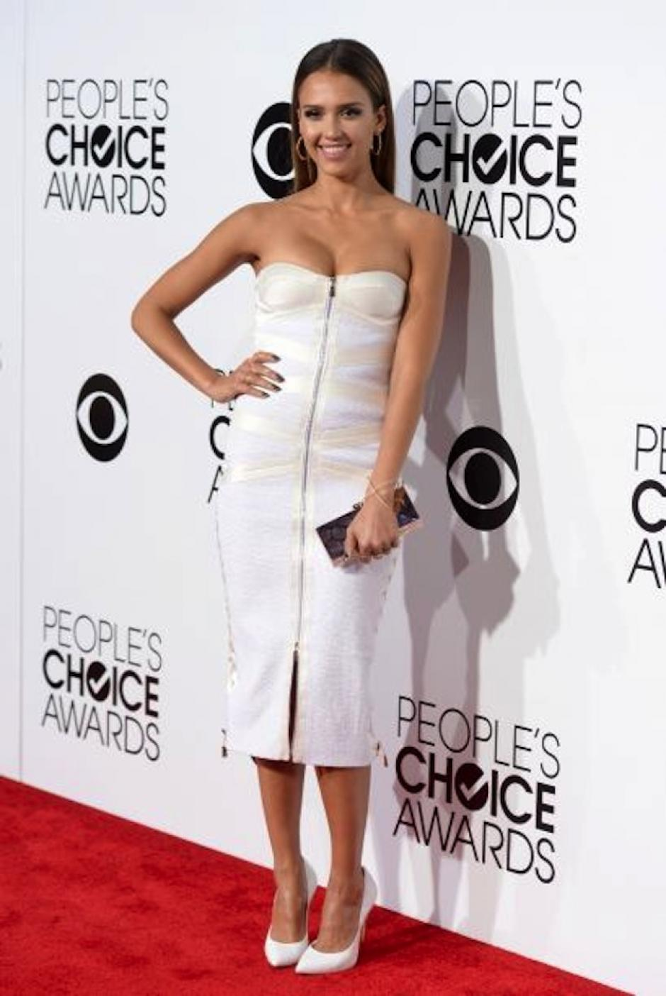 Jessica Alba optó por un look sobrio con el diseño de Jason Wu. (Foto: Univisión)