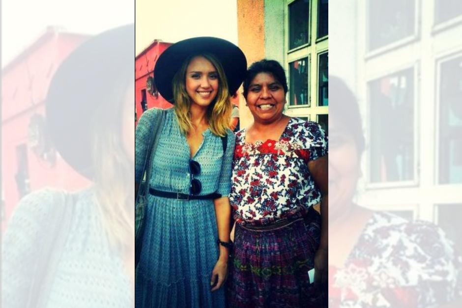 Jessica Alba visitó varias comunidades de tejedoras en Atitlán.
