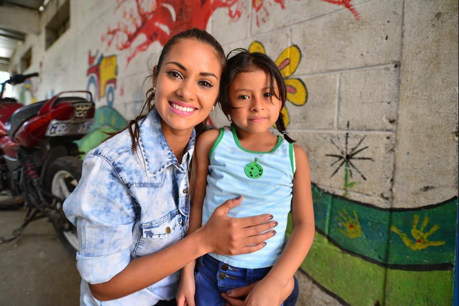 Miss Guatemala 2010, Jessica Scheel, se une a Nawal Boots para apoyar la educación de los niños del basurero de la zona 3, con la organización Passion Asociación. (Foto: Wilder López/Soy502)