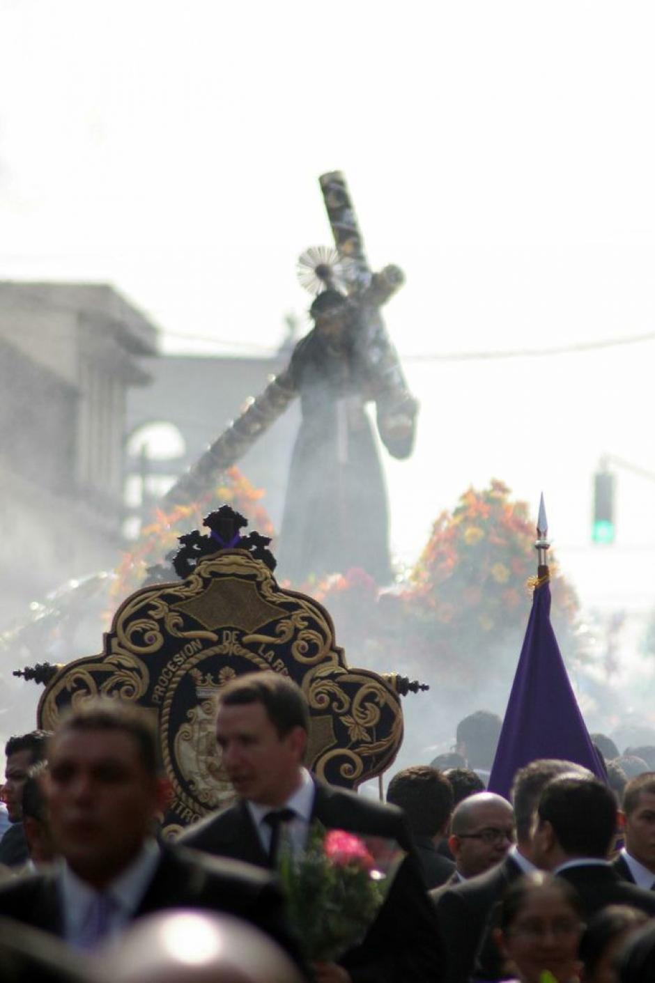La imagen del Cristo de la Merced avanza entre incienso por el Centro Histórico en Semana Santa. (Foto: Raúl Illescas).
