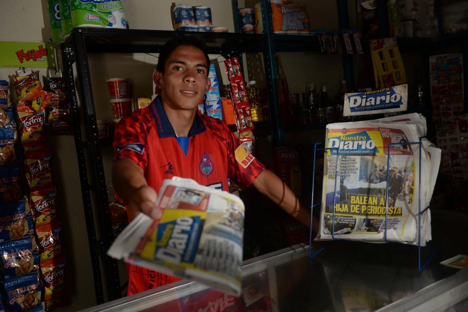 """Méndez vendía periódicos para """"sus aguas"""", como confesó. (Foto: Diego Galiano/especial para Nuestro Diario)"""
