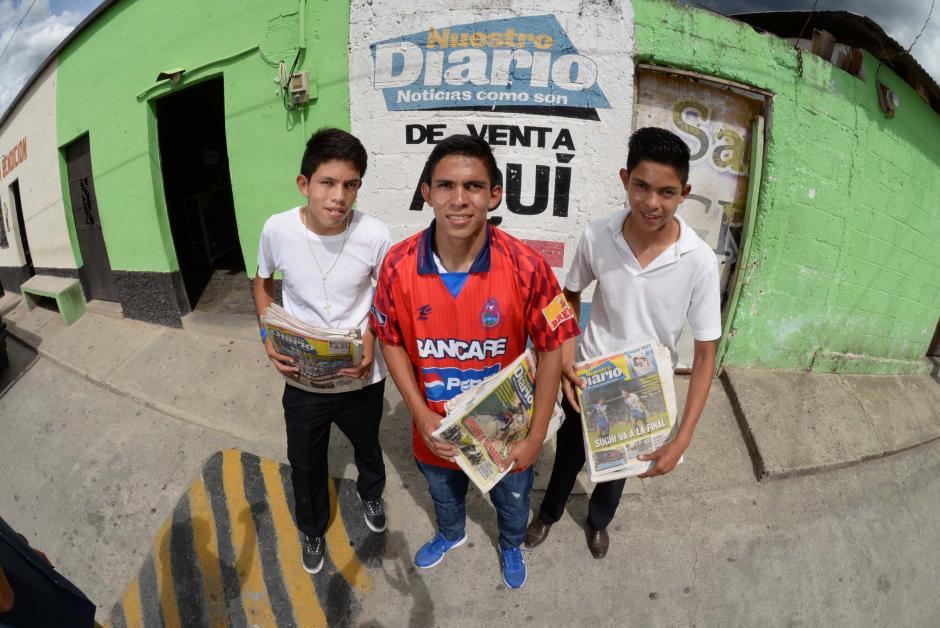 El juvenil de los rojos captado con sus amigos de la infancia. (Foto: Diego Galiano/especial para Nuestro Diario)