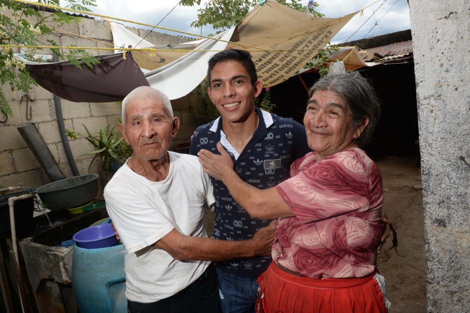Jhon junto a su familia. (Foto: Diego Galiano/especial para Nuestro Diario)