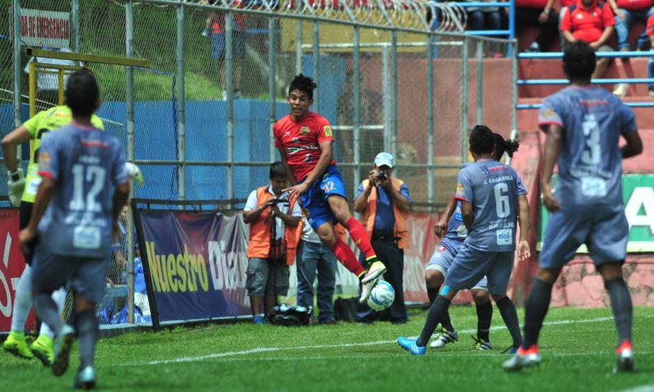 En el juego de este domingo le hicieron un penal a Jhon. (Foto: Álvaro Yool/Nuestro Diario)