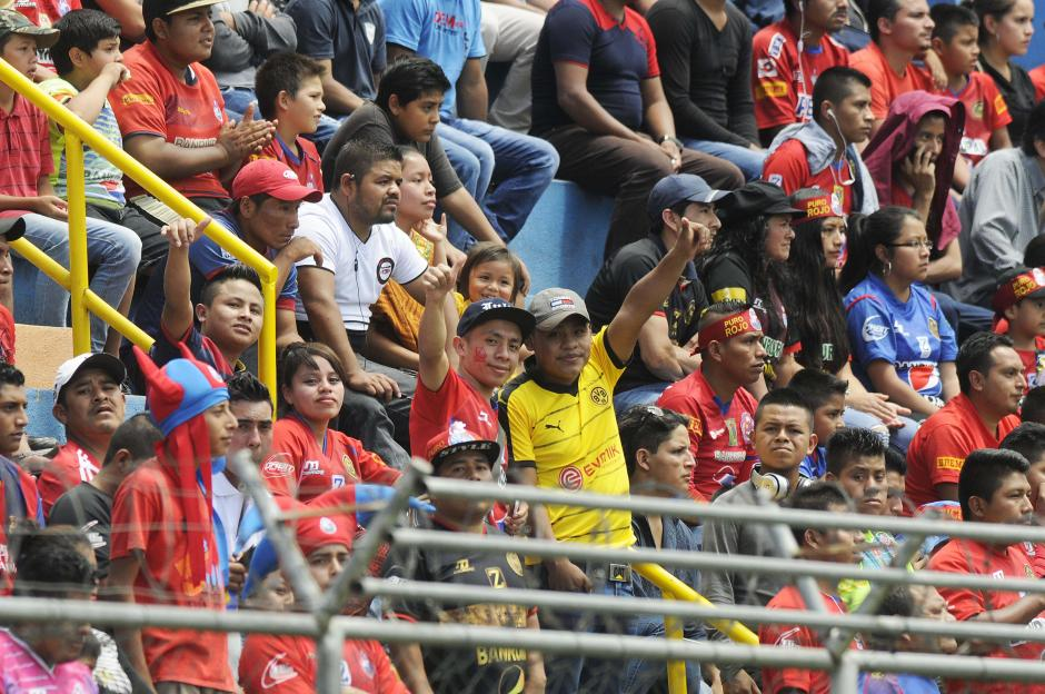La afición roja ovacionó a Jhon Méndez en el estadio El Trébol. (Foto: Orlando Chile/Nuestro Diario)