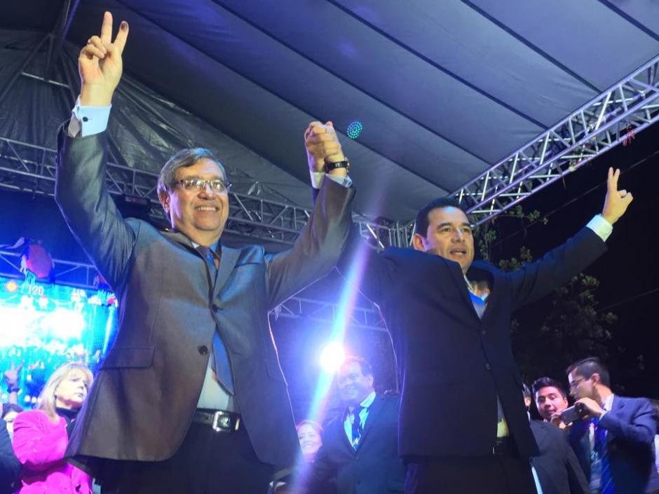 El presidente y el vicepresidente electos, Jimmy Morales y Jafet Cabrera, celebran la victoria en la sede de FCN Nación. (Foto: Jesús Alfonso/Soy502)
