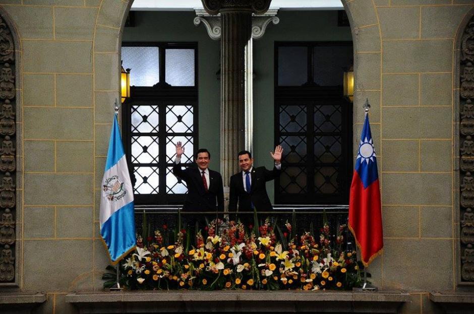 Este fue el saludo oficial de ambos mandatarios. (Foto: Alejando Balán/Soy502)