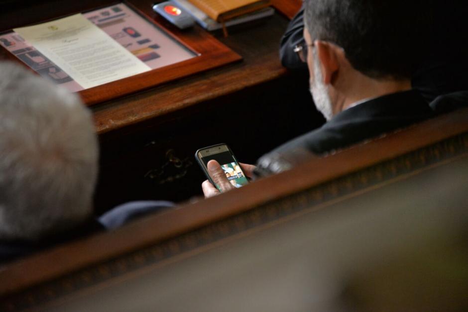 Mientras el discurso de Morales, algunos diputados veían su celular. (Foto: Wilder López/Soy502)
