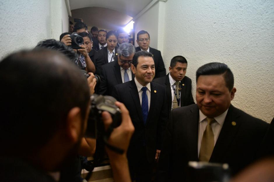 El presidente Jimmy Morales a pie llegó al Congreso de la República. (Foto: Wilder López/Soy502)
