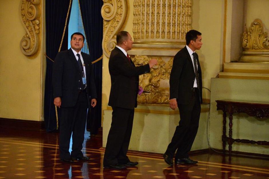 Parte de la seguridad del Presidente momentos antes de iniciar la conferencia. (Foto: Wilder López/Soy502)