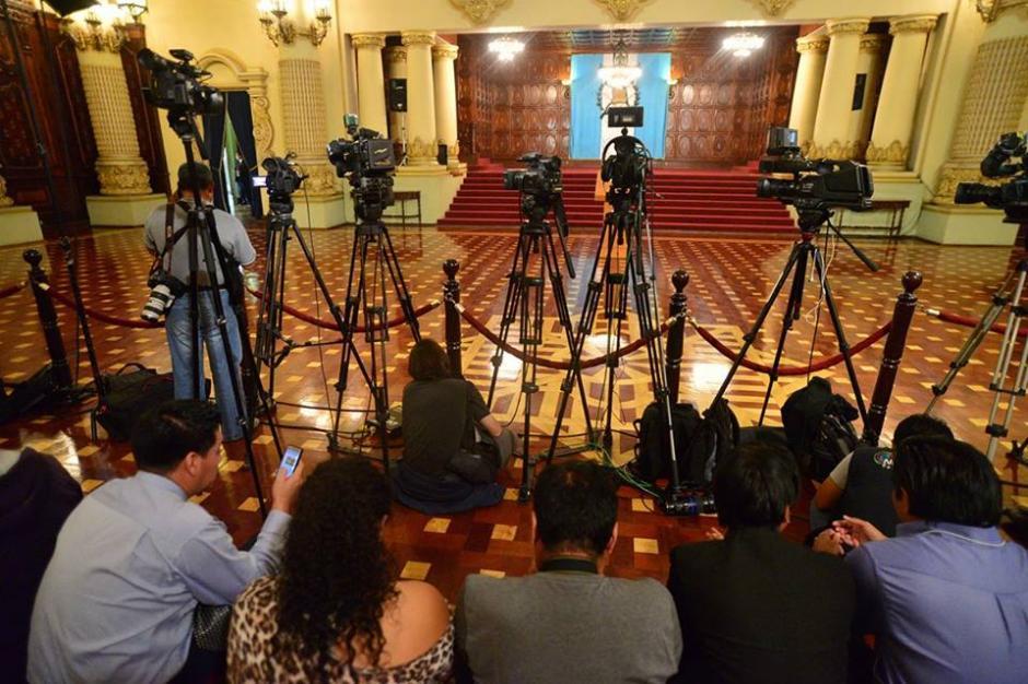 Los periodistas esperaron por un poco más de una hora a la conferencia de prensa del mandatario. (Foto: Wilder López/Soy502)