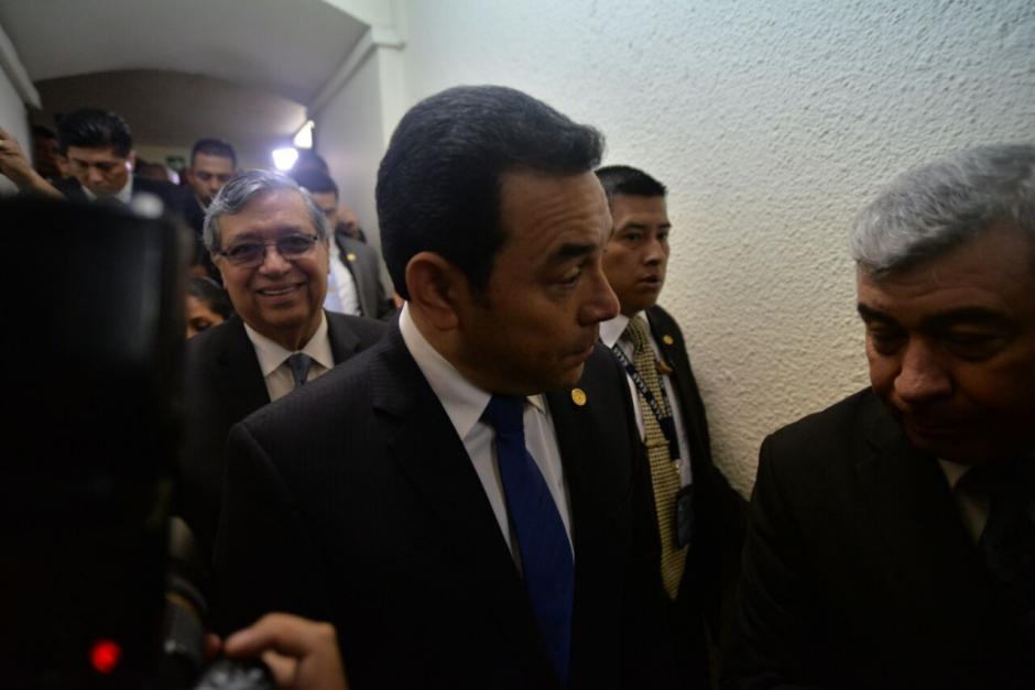 Acompañado de su vicepresidente y ministros así llegó al Congreso. (Foto: Wilder López/Soy502)