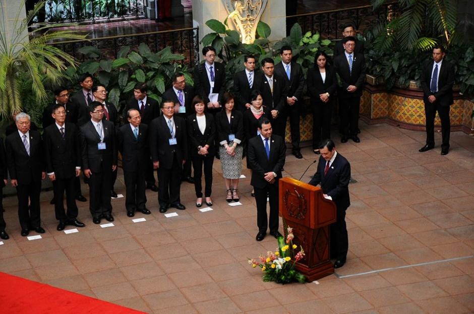 Al finalizar el cambio de la Rosa de la Paz ofrecieron discursos.  (Foto: Alejando Balán/Soy502)