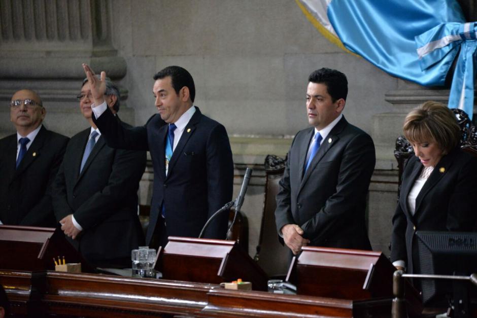 Así saludó Jimmy Morales a los diputados desde los lugares de honor del Congreso. (Foto: Wilder López/Soy502)
