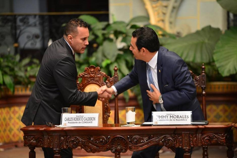 El presidente saluda a Carlos Roberto Calderón presidente de Conguate. (Foto: Jesús Alfonso/Soy502)