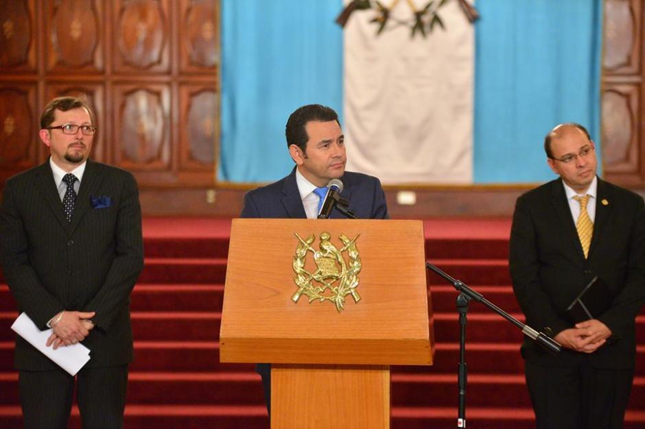 JImmy Morales fue acompañado por su vocero (I), Heinz Heinman, y su secretario privado, Rodrigo Colmenares. (Foto: Wilder López/Soy502)