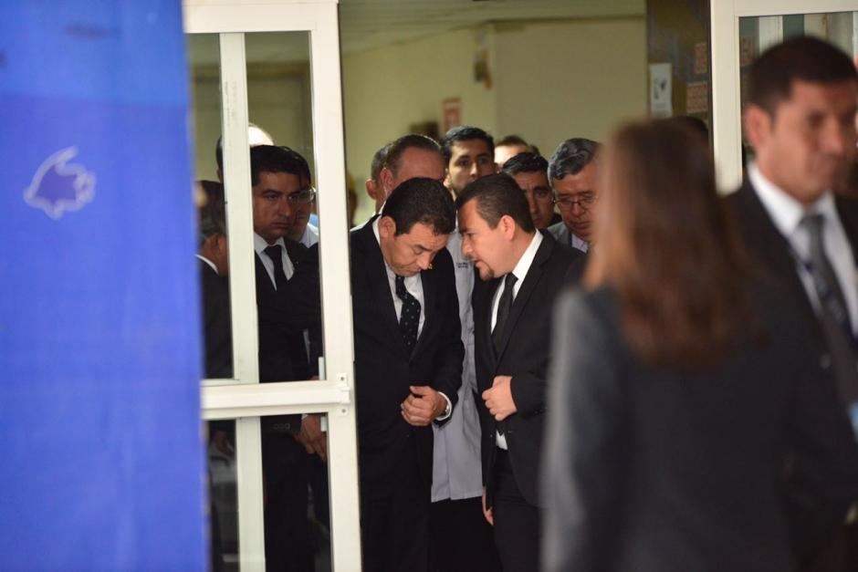 El presidente Jimmy Morales visitó a las sobrevivientes del Hogar Seguro. (Foto: Jesús Alfonso/Soy502)