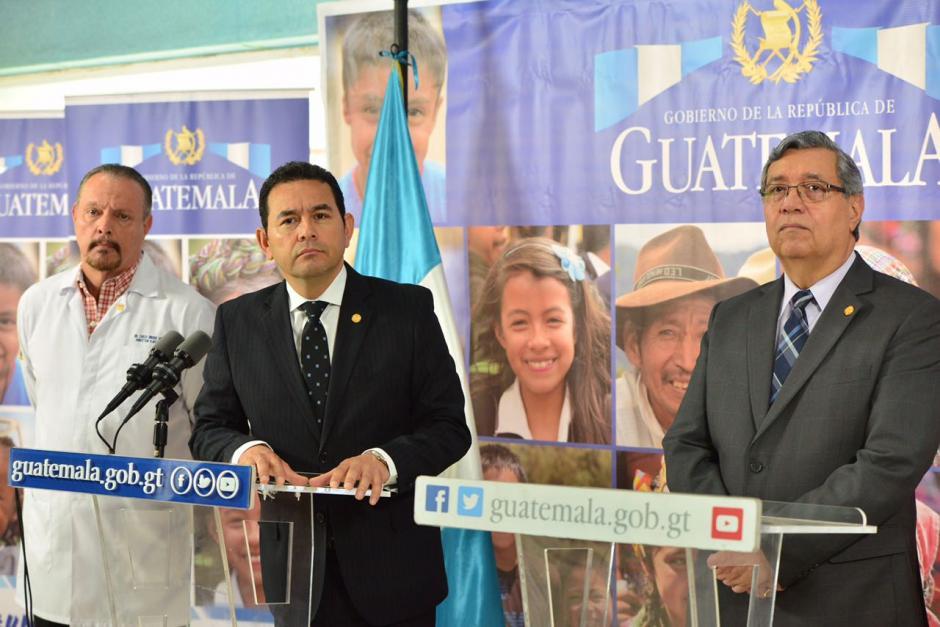 Acompañado de autoridades del hospital, informó sobre lo que hace el Gobierno por esta situación. (Foto: Jesús Alfonso/Soy502)