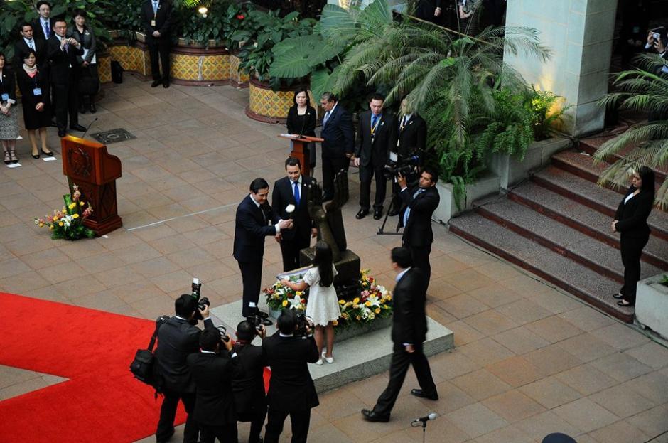 El cambio de la Rosa de la Paz se hizo en el Palacio Nacional de la Cultura. (Foto: Alejando Balán/Soy502)