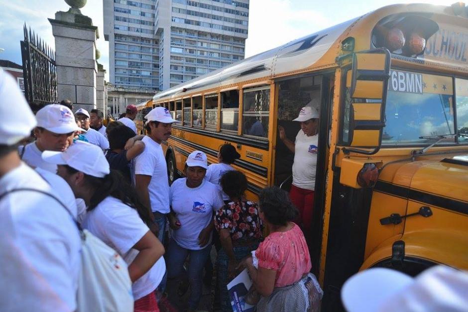 En varios buses llegaron los simpatizantes de Jimmy Morales al Parque Central. (Foto: Wilder López/Soy502)