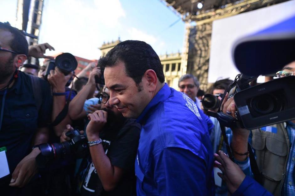 Al terminar el discurso de Jimmy Morales de 10 minutos bajó del escenario para saludar a la gente. (Foto: Wilder López/Soy502)