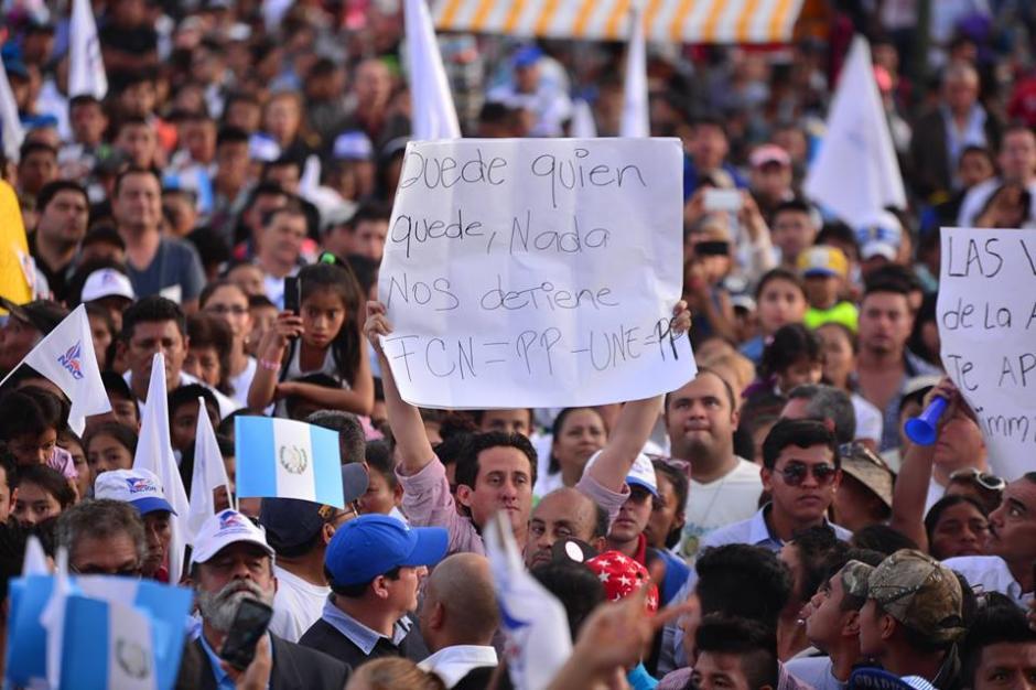 """El """"encadenado"""" Bernardo Silva llegó al Parque Central para recordar las marchas pacíficas de este año. (Foto: Wilder López/Soy502)"""