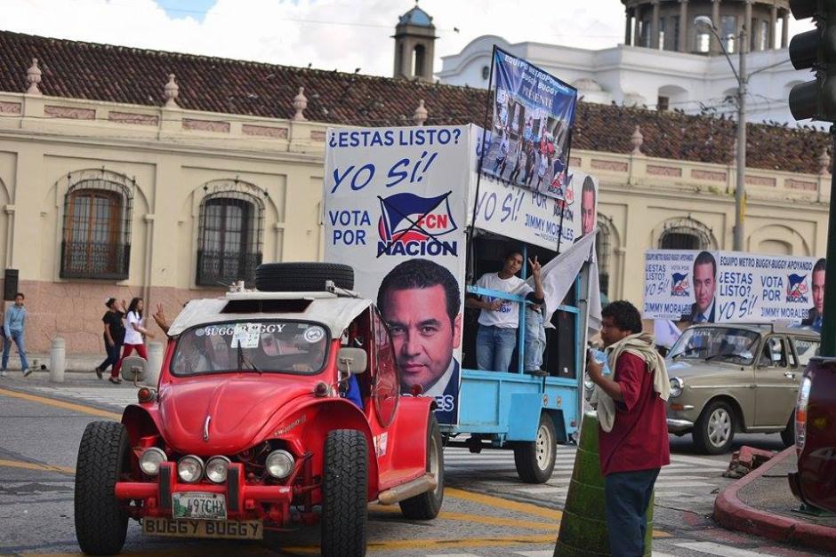 Desde muy temprano varios carros con personas fueron llevadas al Parque Central para ver a Jimmy Morales. (Foto: Wilder López/Soy502)
