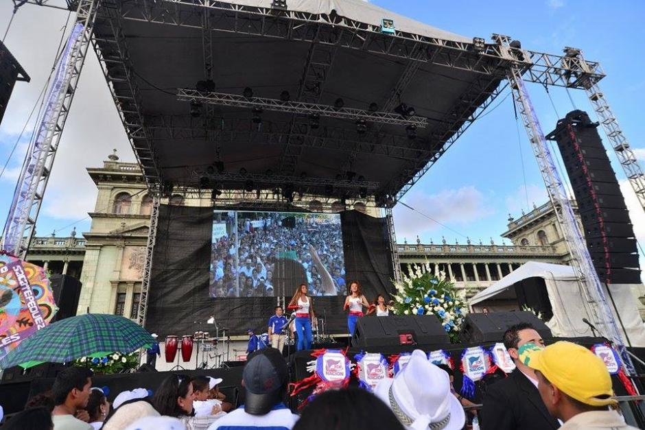 El escenario para el evento fue similar a los que utilizaron Manuel Baldizón y Alejandro Sinibaldi durante sus campañas. (Foto: Wilder López/Soy502)