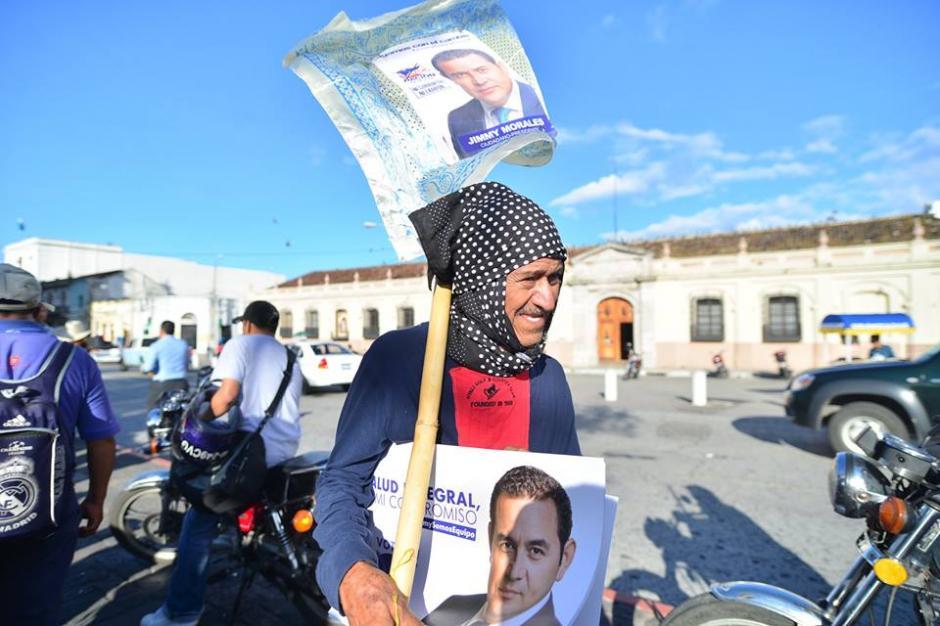Varias personas llevaron pancartas de Jimmy Morales para entregarlas. (Foto: Wilder López/Soy502)
