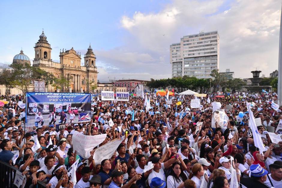 En el parque unas 2 mil personas acarreadas llegaron al lugar para el cierre de campaña. (Foto: Wilder López/Soy502)