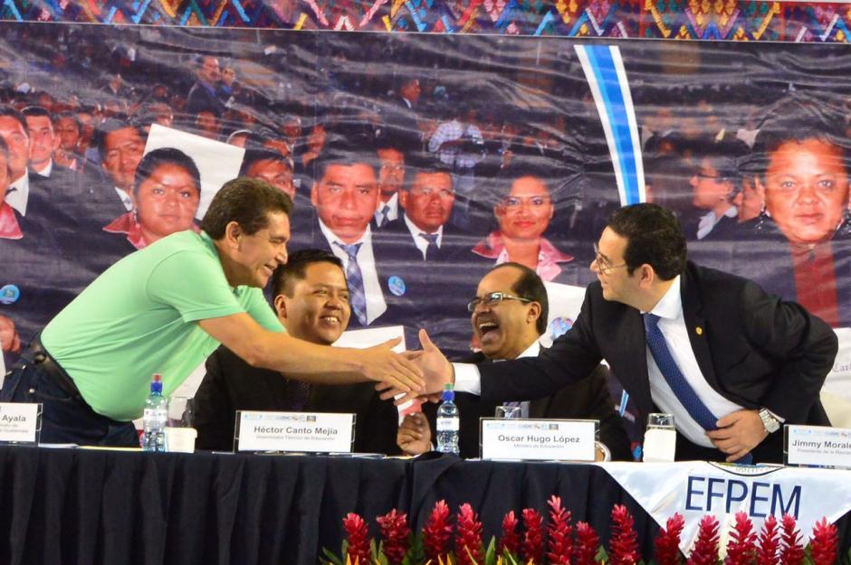 El presidente Jimmy Morales estrecha la mano del líder magisterial Joviel Acevedo. (Foto: Jesús Alfonso/Soy502)