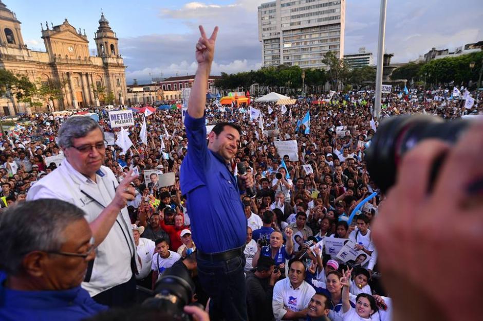 Jimmy Morales finalizó su discursó y saludó a la gente que lo acompañó en el cierre de campaña. (Foto: Wilder López/Soy502)