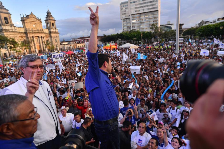 Jimmy Morales, candidato del Frente de Convergencia Nacional, cerró su campaña en la plaza central. (Foto: Wilder López/ Soy502)