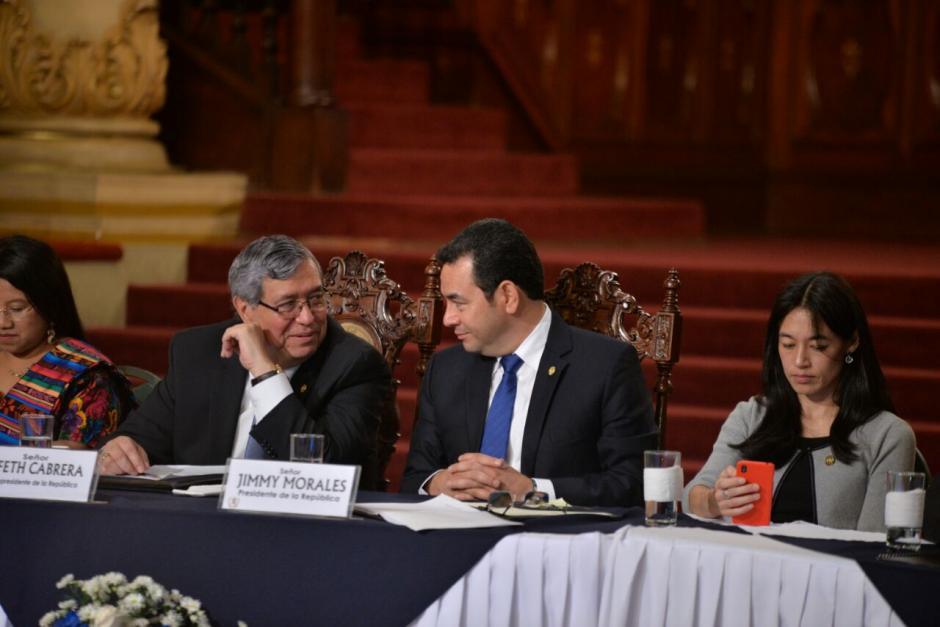 Jimmy Morales conversa con el vicepresidente en el Palacio Nacional de la Cultura, durante la ceremonia de entrega del primer informe de Gobierno. (Foto: Wilder López/Soy502)
