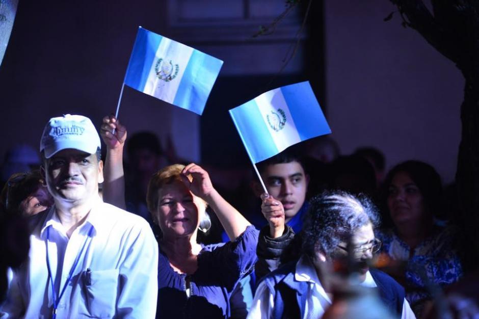 Las banderas de Guatemala ondearon en la celebración de la victoria de Jimmy Morales. (Foto: Jesús Alfonso/Soy502).