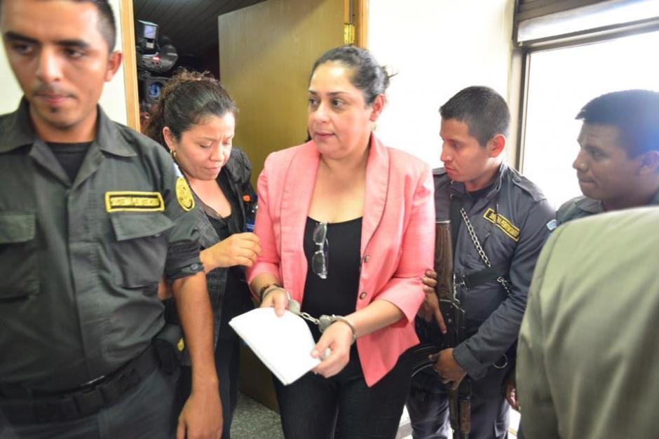 La jueza salió de la Torre de Tribunales con grilletes y acompañada por elementos del Sistema Penitenciario (SP). (Foto: Jesús Alfonso/Soy502)