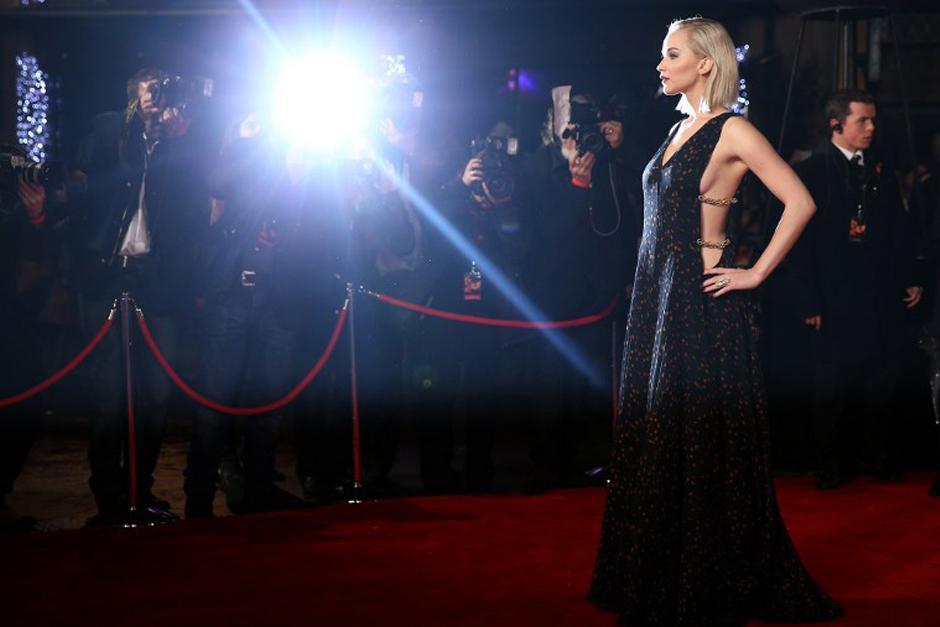 """La actriz, imagen de Christian Dior, luce dos vestidos de la firma en las """"premiers"""" en Europa de la nueva entrega de la saga de los Juegos del Hambre. (Foto: AFP)"""