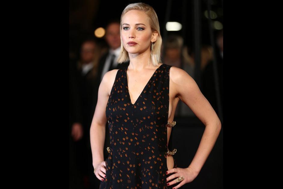 Jennifer Lawrence en la premiere de Londres, cuya vestimenta acaparó la atención de fotógrafos. (Foto: AFP)