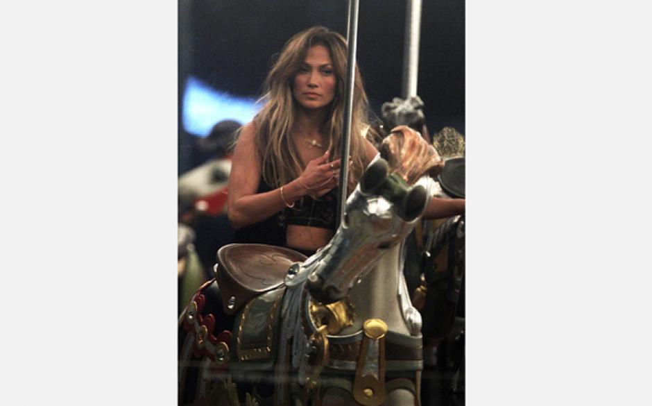 """Mejor que nunca, así se ve Jennifer López en algunas fotografías de la grabación del video """"The Same Sun""""."""