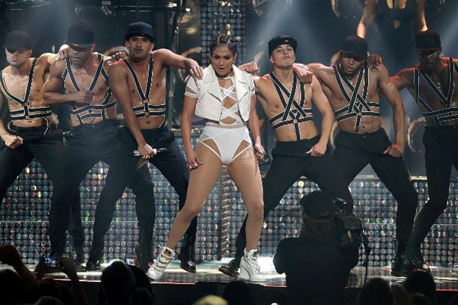 J.Lo también ofreció un espectacular show junto a su cuerpo de baile. (Foto: AFP)