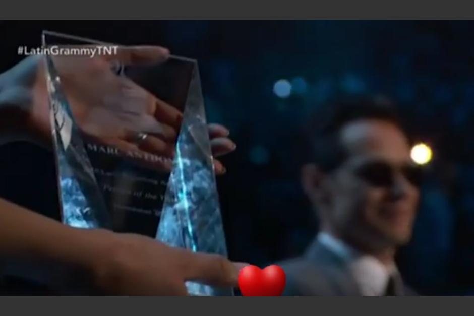 JLo fue la encargada de darle el premio Persona del Año a Marc Anthony. (Foto: TNT)