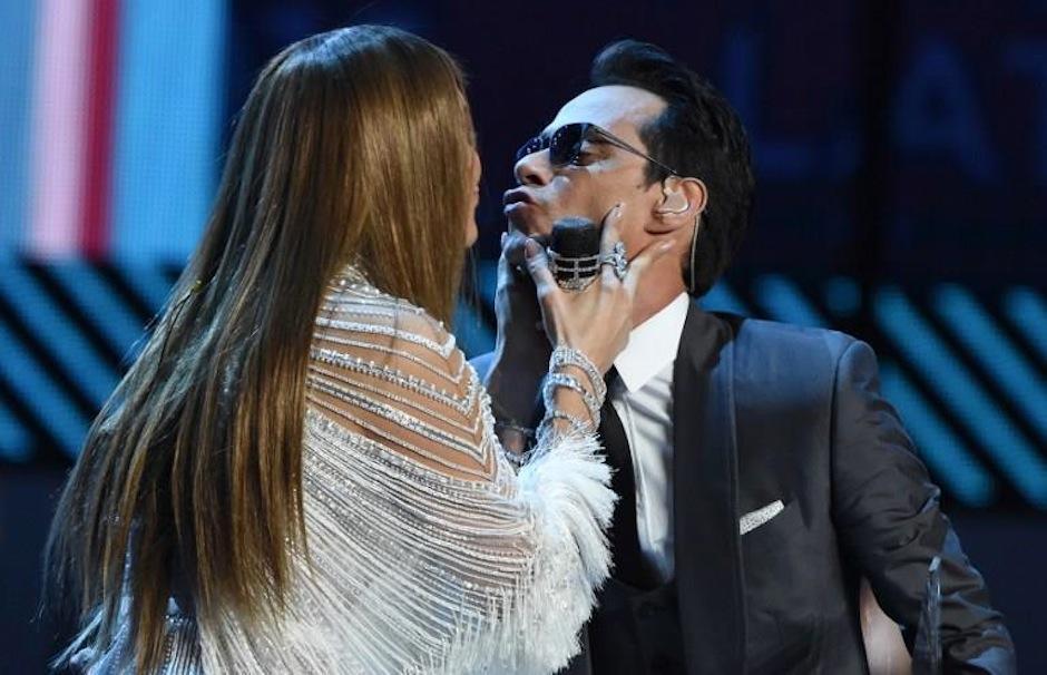 Luego de un emotivo discurso por parte de JLo al cantautor, las estrellas se dieron un beso. (Foto: AFP)