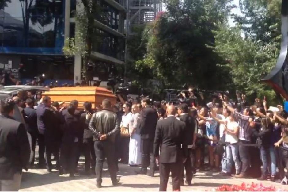 El féretro llegó por la mañana a la capital mexicana para que la sociedad de artistas le rindieran un homenaje póstumo.