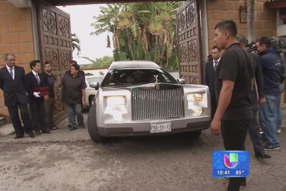 La carroza fúnebre salió desde Cuernavaca donde fue velado por sus familiares y amigos el miércoles.