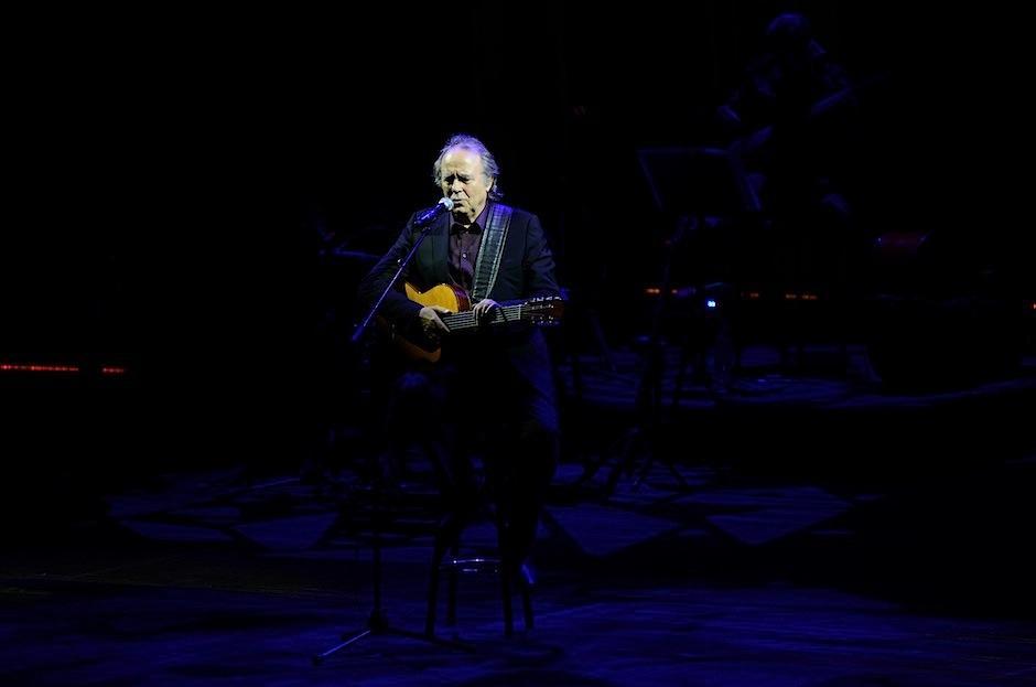 La guitarra es la inseparable compañera del cantautor catalán. (Foto: Selene Mejía/Soy502)