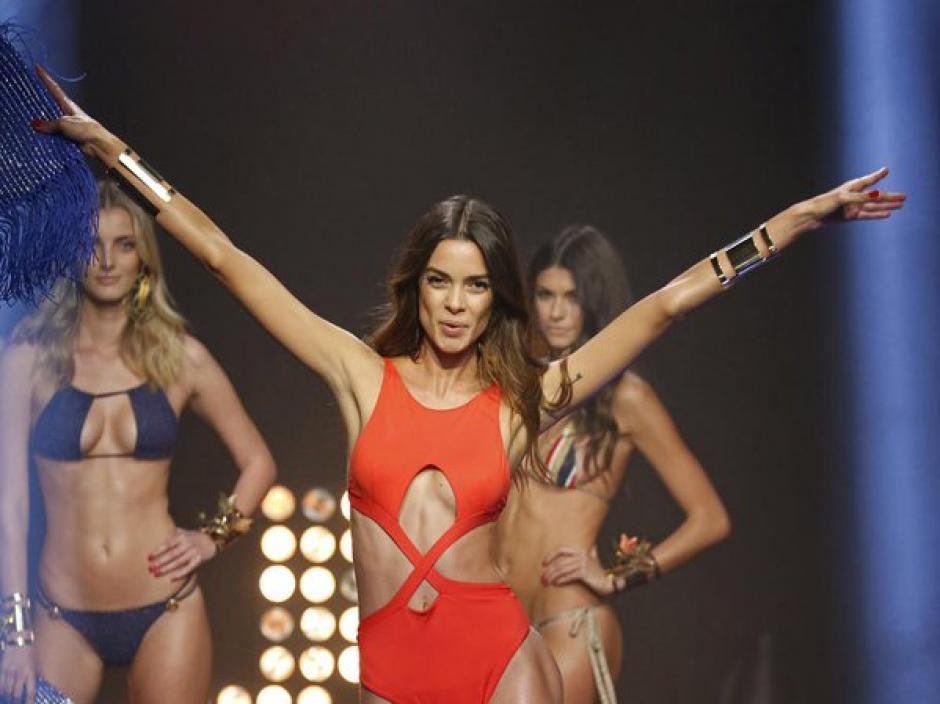 Las modelos españolas, Joana Sanz, novia de Dany Alves y Dalianah Arekion, mostraron de más durante una pasarelas de Woman Secrets. (Foto:Getty)
