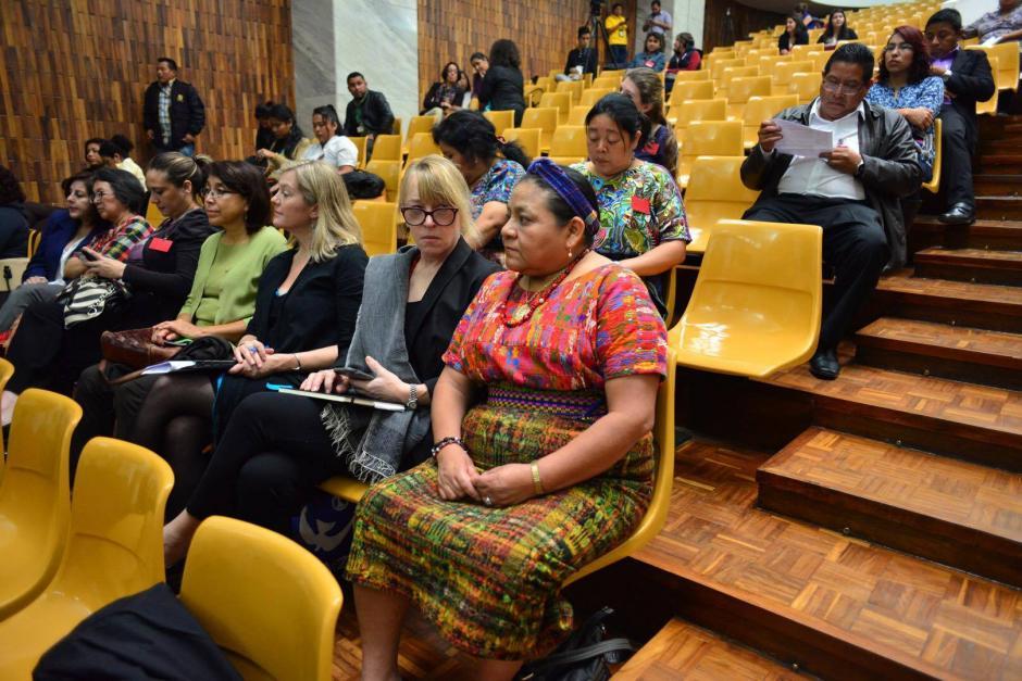 Jody Williams y Rigoberta Menchú, ambas Premio Nobel, asistieron al juicio de Sepur Zarco este lunes. (Foto: Jesús Alfonso/Soy502)