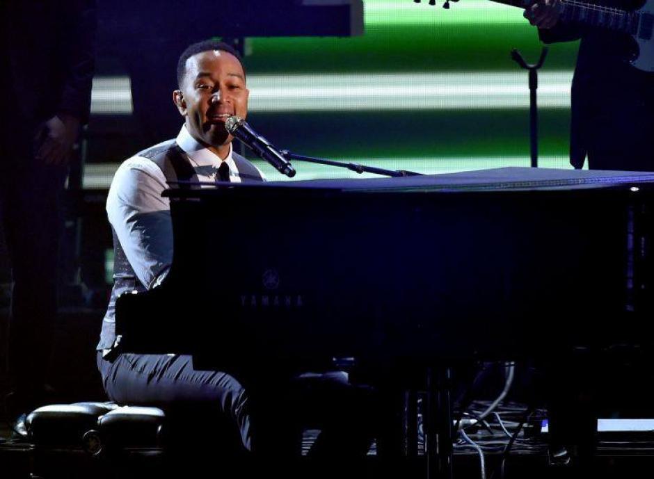 John Legend mostró su talento en el piano. (Foto: The Grammys)